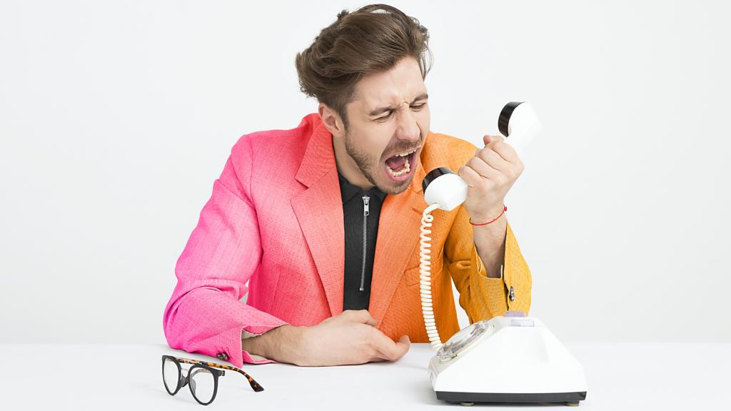 Uomo che urla al telefono. Customer service si fa in modo gentile col cliente.