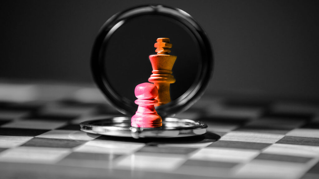 Pedina degli scacchi che si specchia e diventa più grande. Scrivere un blog significa non aver paura dei concorrenti