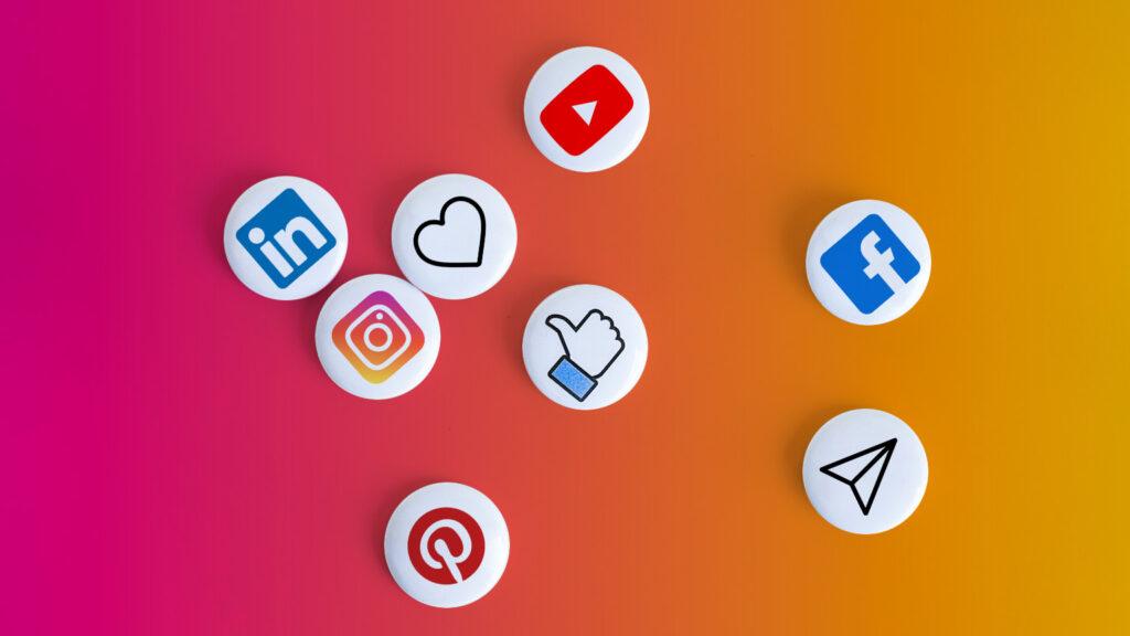 Spille raffiguranti vari social network. Questi errori sono comuni su tutte le piattaforme social.