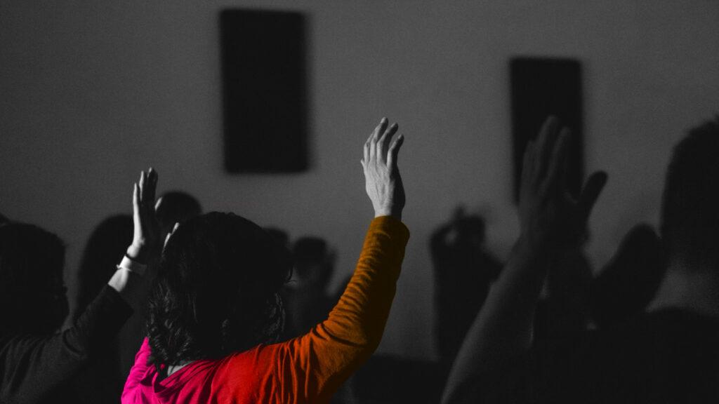 Persona che alza la mano per parlare. Su clubhouse chi vuole parlare clicca l'icona della mano