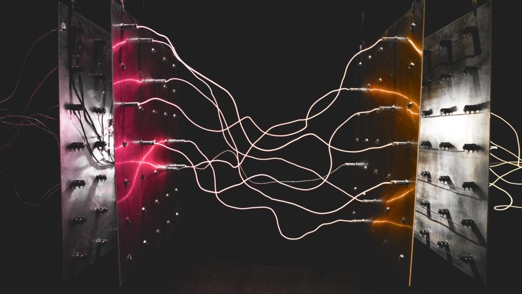 connessione e attrazione elettrica