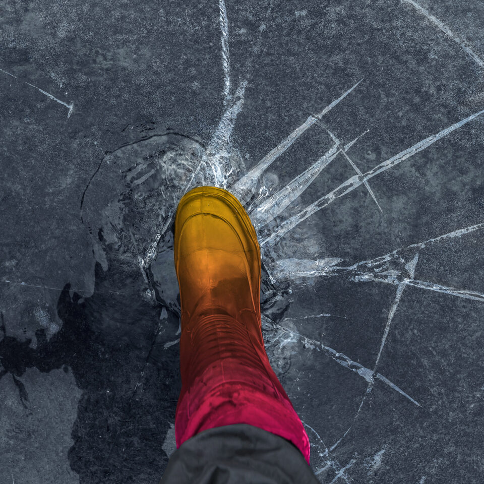 Piede che rompe il ghiaccio